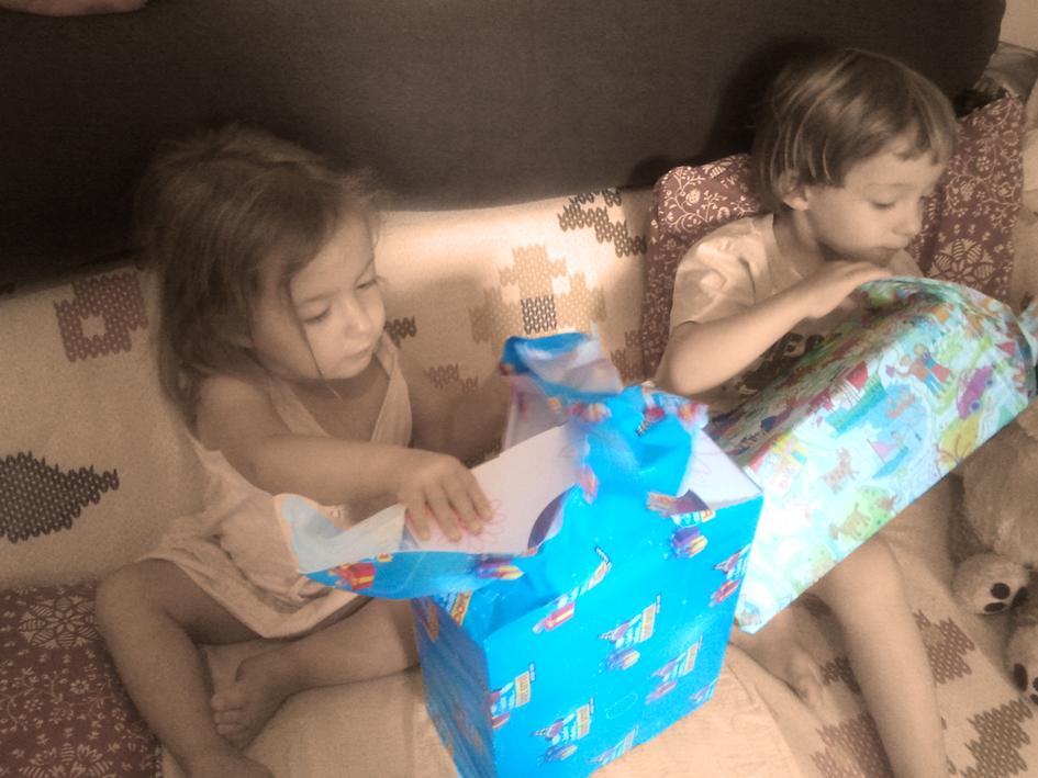 ילדים פותחים אריזות מתנה | הגר אשחר ניר